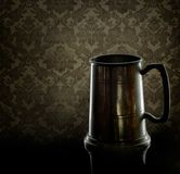 Gammalt dricka för tenn rånar, sejdel Med tillbaka belysning och den gamla fördämningen arkivbild