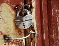 gammalt dörrgrungelås Arkivfoton