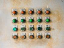 Gammalt elektriskt panelbräde med mycket av rost Arkivfoto