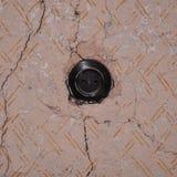 Gammalt elektriskt uttag på den skröpliga väggen Royaltyfria Foton
