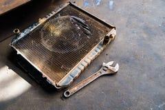 Gammalt element med skiftnyckeln, reparation arkivfoto