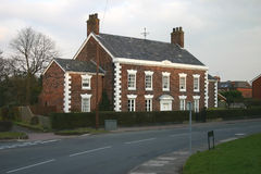 gammalt engelskt storslaget hus royaltyfri foto