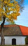 gammalt färgrikt hus för höst Arkivbild
