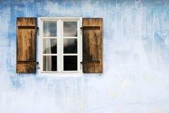 gammalt fönster Arkivfoto
