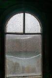 Gammalt fönster av den medeltida slotten med träramen, brutet exponeringsglas Arkivfoto