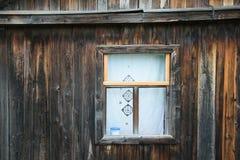 Gammalt fönster av ett hus som göras av träplankor Royaltyfri Fotografi