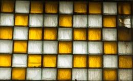 Gammalt fönster av fyrkantiga tegelplattor Arkivfoton