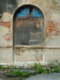 Gammalt fönster av tegelstenbyggnad Arkivbild