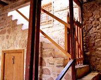 gammalt fönster för dörrkloster Arkivfoton