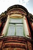 gammalt fönster för hörnhus Arkivbilder
