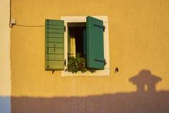 gammalt fönster för hus Arkivfoton