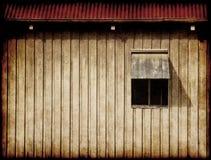 gammalt fönster för ladugård Arkivbilder