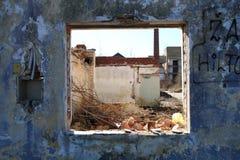 Gammalt fönster från skadat hus Arkivbilder