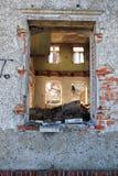 Gammalt fönster från skadat hus Arkivbild