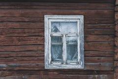 Gammalt fönster i det gamla huset från en stång Arkivbilder