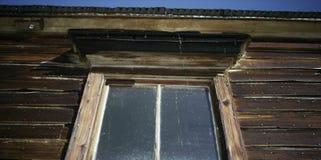 Gammalt fönster i ett landshus royaltyfri fotografi