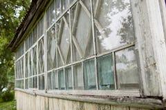 Gammalt fönster i gammalt trähus Arkivbild