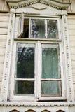 Gammalt fönster i gammalt trähus Arkivfoto