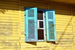 Gammalt fönster i gammalt hus Royaltyfri Bild