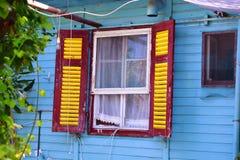 Gammalt fönster i gammalt hus Arkivbild
