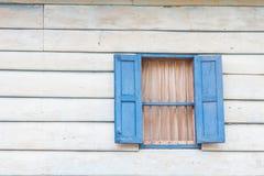 Gammalt fönster i hus av folk Thailand Arkivbild