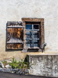 Gammalt fönster i rurual Schweiz - 1 arkivfoton