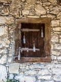 Gammalt fönster i rurual Schweiz - 2 arkivbild