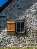 Gammalt fönster i rurual Schweiz - 3 Arkivbilder