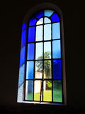 Gammalt fönster med blå målat glass arkivfoton