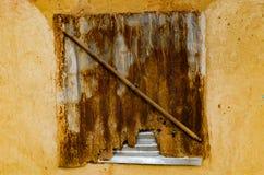 Gammalt fönster med bruten skugga Fotografering för Bildbyråer