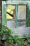 Gammalt fönster med brutet exponeringsglas royaltyfria foton