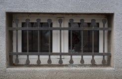 Gammalt fönster med brutet exponeringsglas Royaltyfri Bild