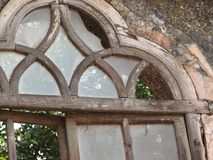 Gammalt fönster med det terrakotta belade med tegel taket Arkitektoniska detaljer från Goa, Indien royaltyfria foton