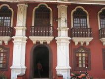 Gammalt fönster med det terrakotta belade med tegel taket Arkitektoniska detaljer från Goa, Indien arkivfoto