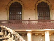 Gammalt fönster med det terrakotta belade med tegel taket Arkitektoniska detaljer från Goa, Indien arkivbilder