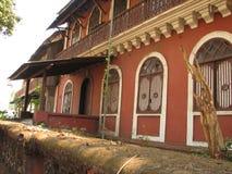 Gammalt fönster med det terrakotta belade med tegel taket Arkitektoniska detaljer från Goa, Indien Arkivbild