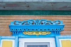 Gammalt fönster med en gardin av trähuset arkivfoto