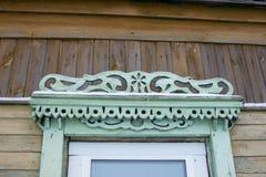 Gammalt fönster med en gardin av trähuset royaltyfri fotografi