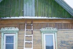 Gammalt fönster med en gardin av trähuset arkivbilder