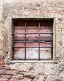 Gammalt fönster med järngratings Royaltyfria Bilder