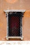 Gammalt fönster med metallramen av det gamla huset arkivfoto