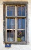 Gammalt fönster med nummer Arkivfoton