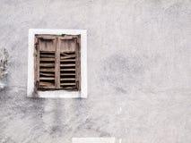 Gammalt fönster med red ut slutare Arkivbilder