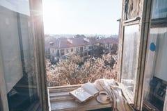 Gammalt fönster med sikten från inre arkivbilder