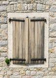 Gammalt fönster med slutare i Montenegro Royaltyfria Foton