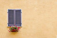 Gammalt fönster med träslutare Royaltyfria Bilder