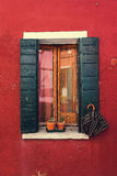 Gammalt fönster på ön av Burano Venedig Italien Arkivbild
