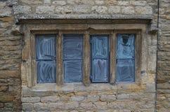 Gammalt fönster på Cotswolds arkivfoton