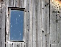 Gammalt fönster på det skadade trätaket Arkivfoton