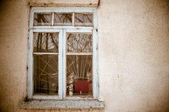 Gammalt fönster på en betongvägg royaltyfria bilder